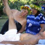 Aunty Maile Napoleon geeft les in lomilomi massage op Hawaii Island