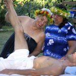 Aunty Maile Napoleon geeft les in lomilomi massage op Hawaii Island
